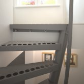 The top side of a 1m2 staircase, photo frames with photos of the Eiffel Tower and the Golden Gate Bridge.