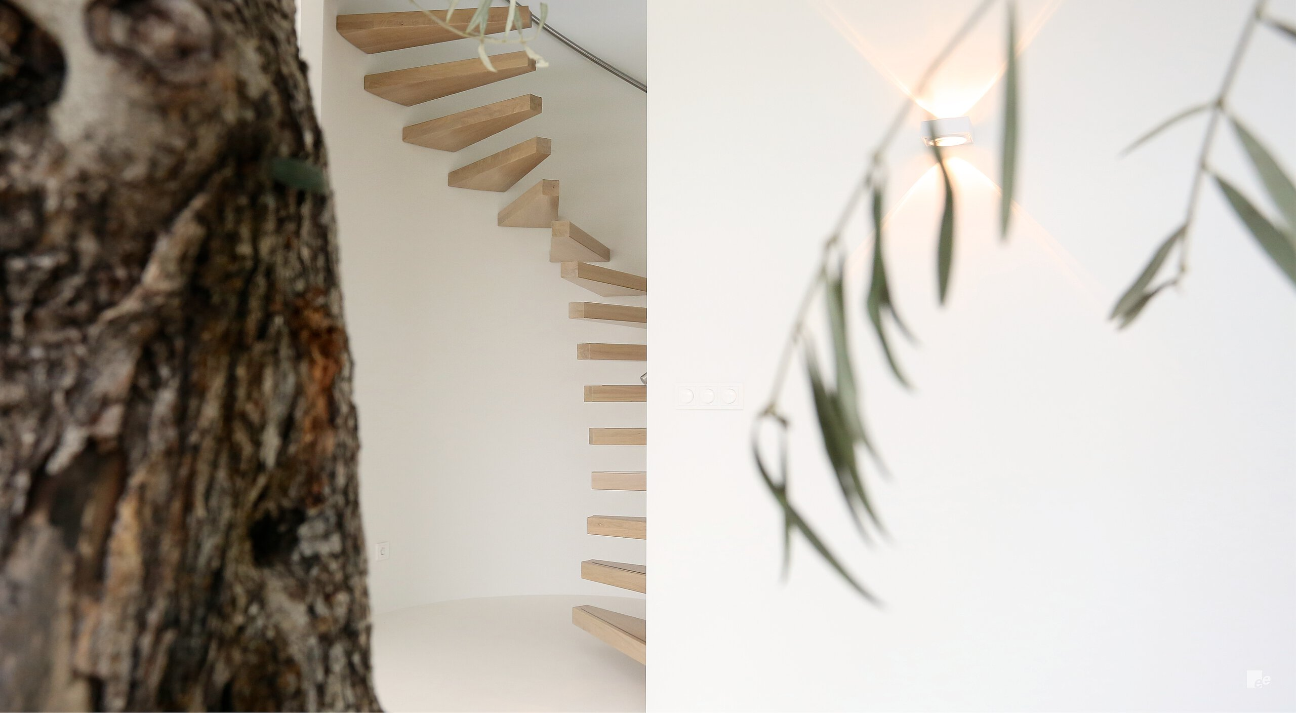 Curved floating stairs